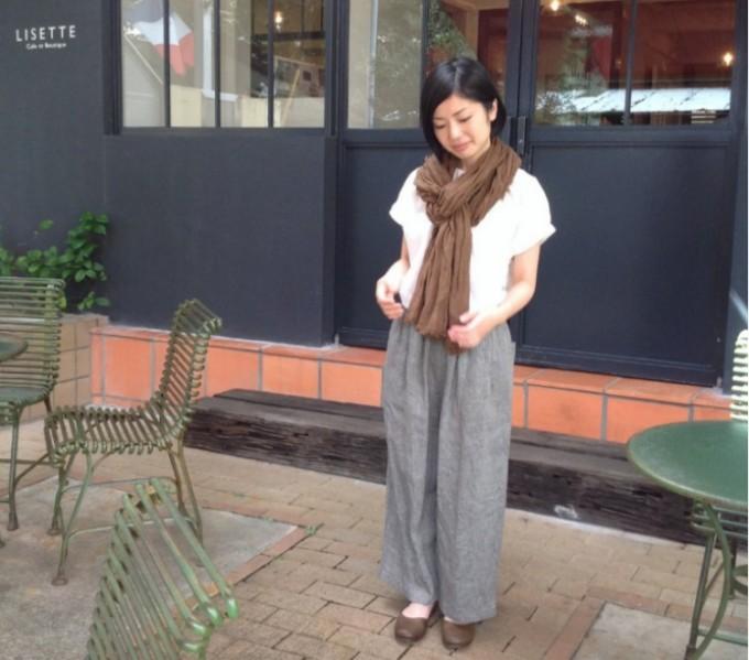 「Lisette(リゼッタ)」の白いブラウスにヘリンボーン生地のワイドパンツ