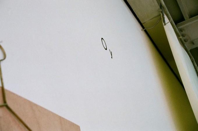 Oy(オイ)の工場兼ショールームの壁に書かれたロゴ