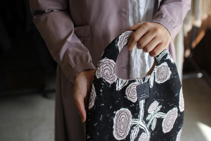 mina perhonen(ミナ ペルホネン)のegg bagを持つ女性