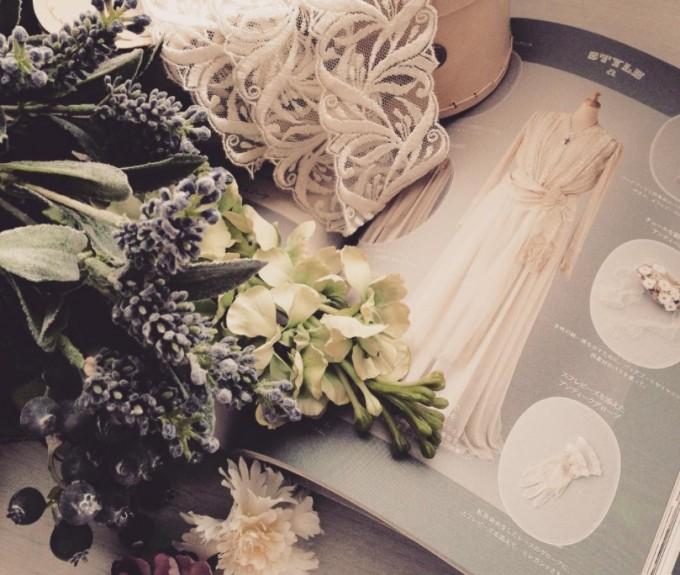 ウェディングブックとブルーやホワイトの花々