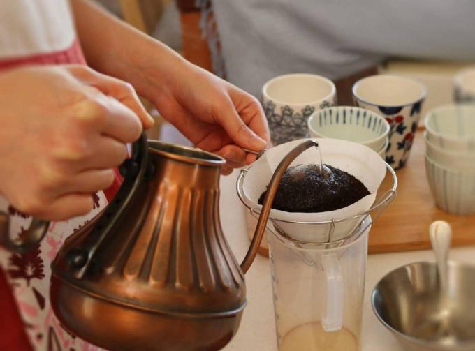 Loppis Ueda(ロッピスウエダ)に出店する「ぐりこーひー」の珈琲を淹れている手