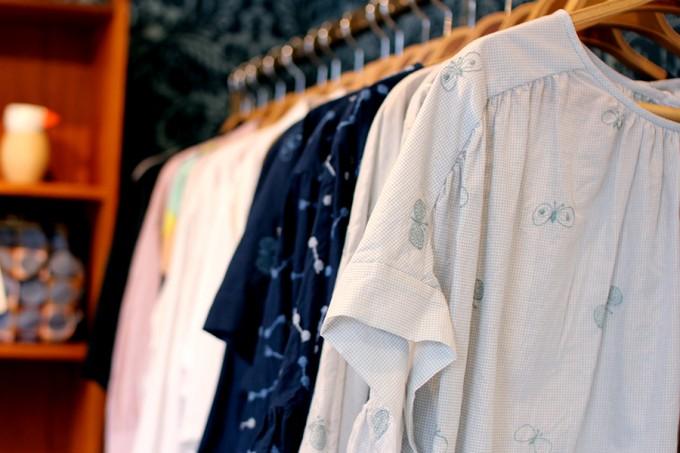 kuukukka(クークッカ)の店内に並ぶmina perhonen(ミナ ペルホネン)の洋服
