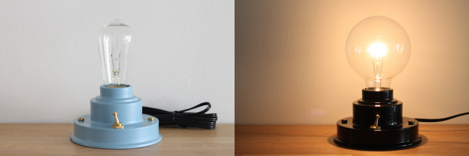 水色と黒のレトロな雰囲気の置き型ランプ