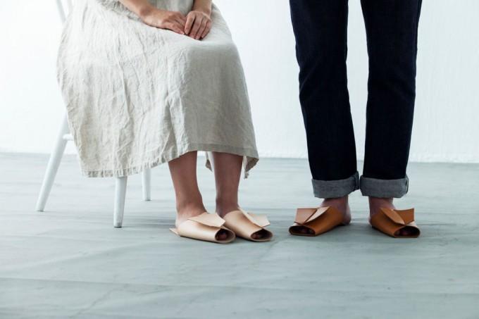 1枚革で作られたレザースリッパを履く男女