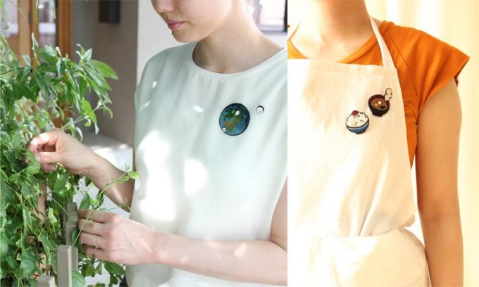 フランス刺繍家小林モー子(Môko Kobayashi)が作る、地球とごはんとお味噌汁のデザインのブローチを着用している写真