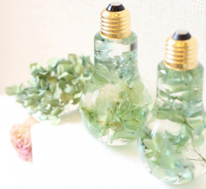 ブルー、グリーン、ホワイトの紫陽花を閉じ込めたフラワリウムの置物