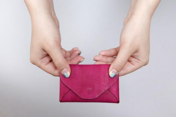 ピンクのレザーで作られたカードケース