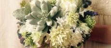 多肉植物を飾ったホワイトとグリーンがベースのフラワーブーケ