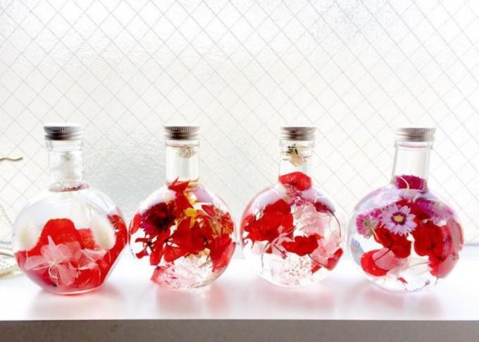フラスコ型の瓶に閉じ込めた赤いお花のフラワリウムの置物