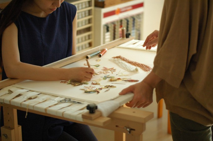 フランス刺繍家小林モー子のアトリエ「maison des perles(メゾン・デ・ペルル)」のオートクチュール刺繍教室で刺繍をしているの写真
