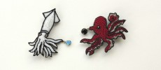 Môko Kobayashi(小林モー子)が作るフランス刺繍でできたイカとタコの形のアクセサリーの写真