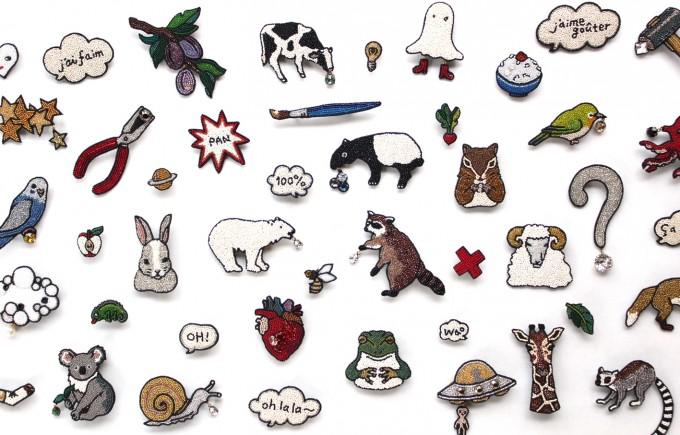 フランス刺繍家小林モー子(Môko Kobayashi)が作る、しろくまやウサギ、ペンチ、吹き出しなど面白いデザインのアクセサリー作品の写真