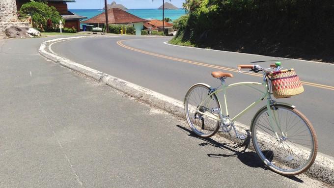 自転車ブランド「alohaloco(アロハロコ)」自転車が海が見える道路に止まっている写真