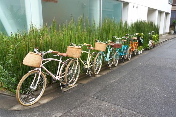清澄白河の自転車店「alohaloco(アロハロコ)」の外観とブランドのカラフルな自転車が並んでいる写真