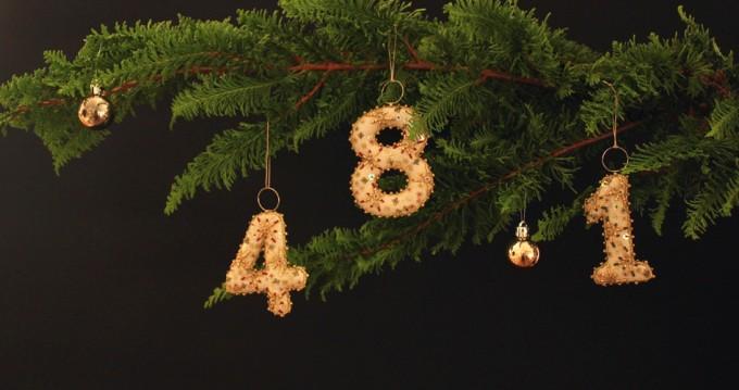 フランス刺繍家小林モー子が手がける刺繍キットで作れる数字のオーナメントがもみの木のツリーの枝にかかっている写真