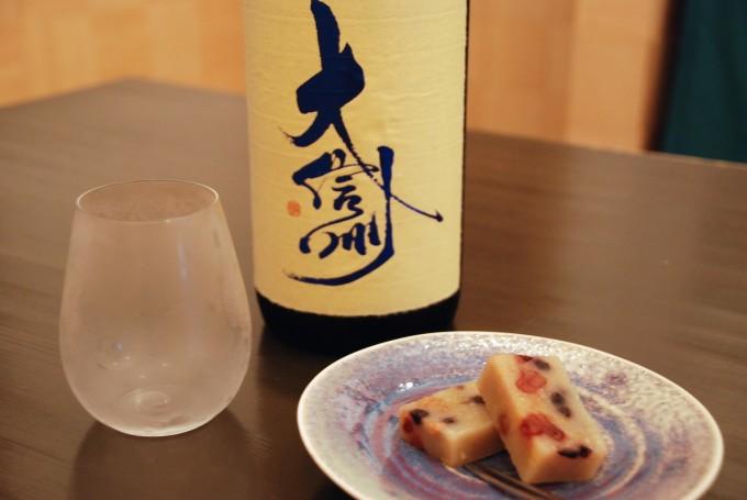 千駄木「和菓子 薫風」で提供している日本酒と和菓子スペシャリテ「白い羊羹」の写真