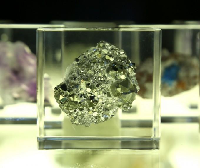 パイライト鉱石を閉じ込めたアクリルキューブ