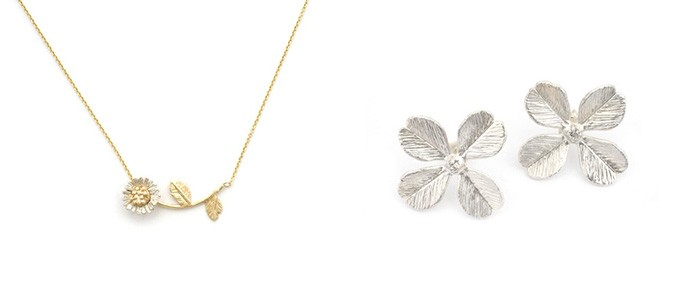 お花のネックレスと四つ葉のクローバー