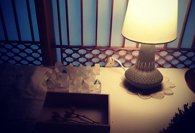 机の上に置かれたランプと「Mellow Glass(メロウグラス)」の写真