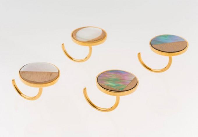 白蝶貝や黒蝶貝に手彫りを施し沈金をあしらって金の台をつけたKorat Worksのリング4種類の写真