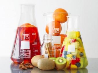 ビーカーやフラスコをインテリアに。ドイツの老舗メーカー「TGI」のガラス製品