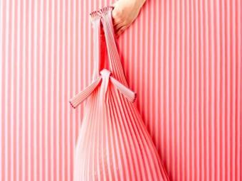 日本の伝統色で染められたプリーツにうっとり。「knaplus(クナプラス)」のエコバッグ