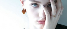 ジュエリーブランド「talkative(トーカティブ)」の新作コレクション「CREST」の天然石ピアスや唇モチーフのリングをした女性
