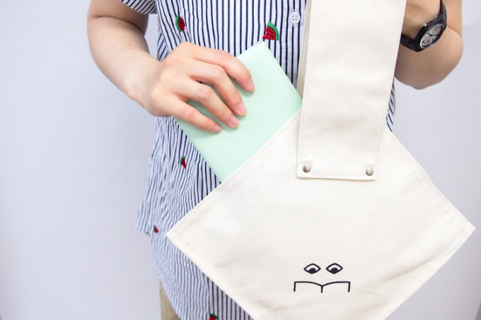 ヒシガタ文庫のロゴ入り白いバッグ