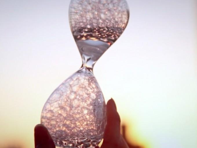光にかざしたstudio noteの泡時計「awaglass(アワグラス)」