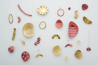 金属に焼き付けたやさしげな模様があたたかい「nishikata chieko」のアクセサリー
