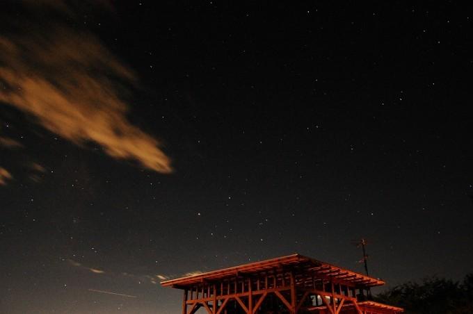 山梨の星空と木の建物の写真