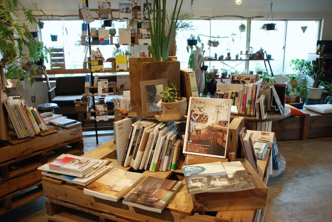 DIYの木の棚の上に本や植物がたくさん並んでいる写真、
