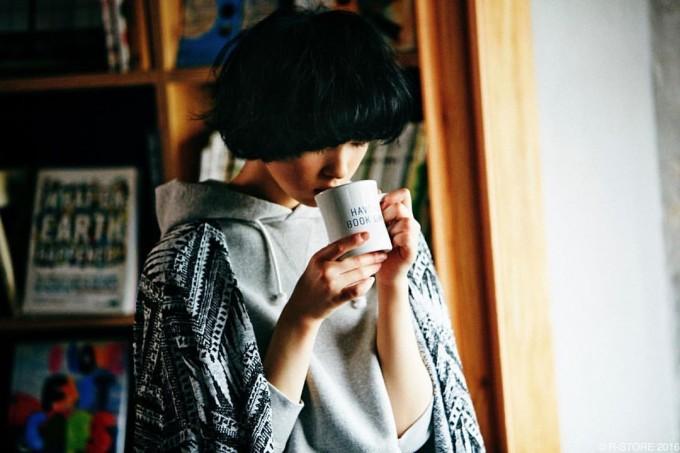 BOOK AND BED TOKYO(ブックアンドベッドトーキョー)のオリジナルマグカップで飲み物を飲む女性
