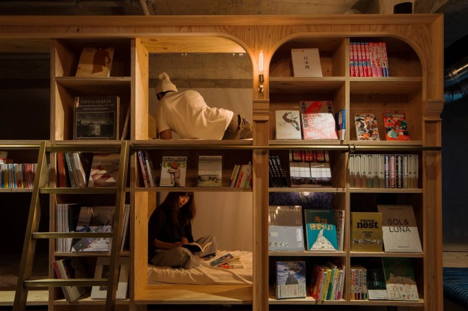 BOOK AND BED TOKYO(ブックアンドベッドトーキョー)の本棚の中にある宿泊用の部屋