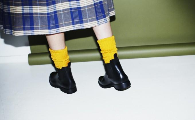 タータンチェックのスカートにコーディネートした黄色のルーズソックス