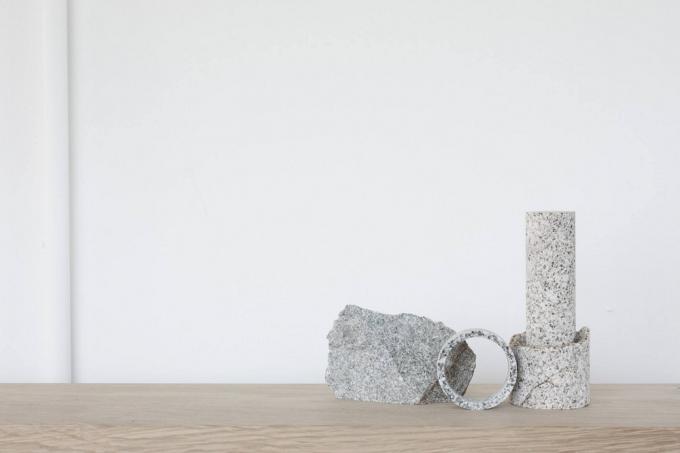 1つの石材と円柱型にカットされた石材2つ
