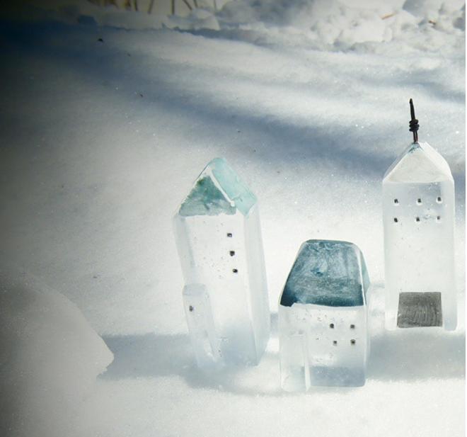 「Mellow Glass(メロウグラス)」のガラスオブジェが作る街並みの写真