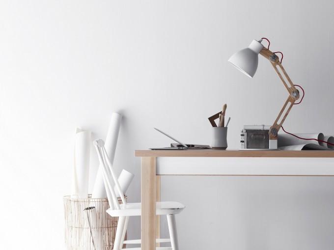 机に置かれたテーブルライト