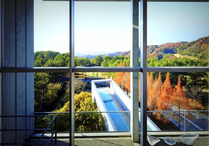 瀬戸内リトリート青凪の部屋から見える長細いプール「THE BLUE」と紅葉の景色の写真