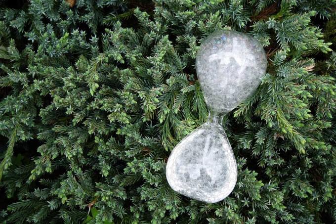 緑の上に置かれた泡時計「awaglass(アワグラス)」