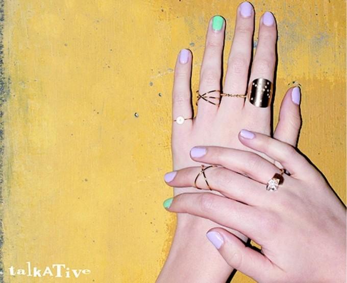 ジュエリーブランド「talkative(トーカティブ)」のリングをした女性の手