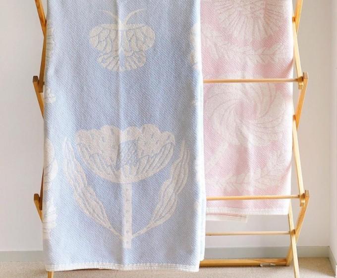 鹿児島睦デザインの花柄コットンブランケット