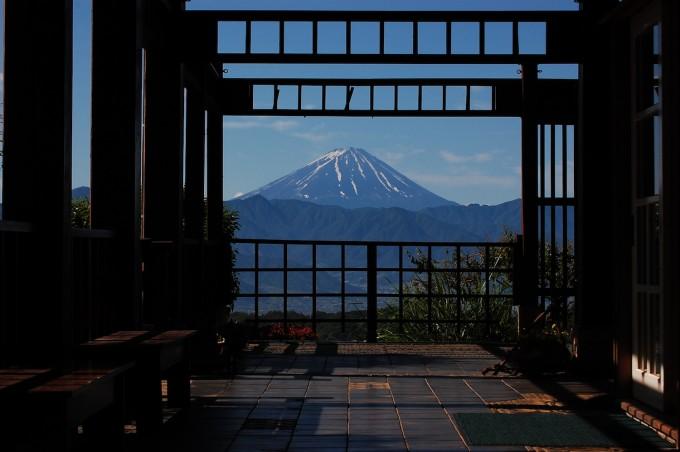 フフ山梨のテラスから見える富士山の写真