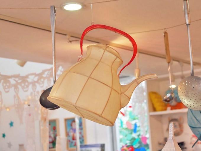 ギャラリー・ドゥー・ディマンシュで販売している竹とシルクで作ったpetit panのケトル型ランプシェードの写真