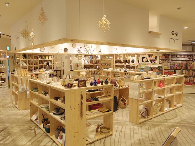 木の棚に雑貨が飾ってある本屋「ヒシガタ文庫」