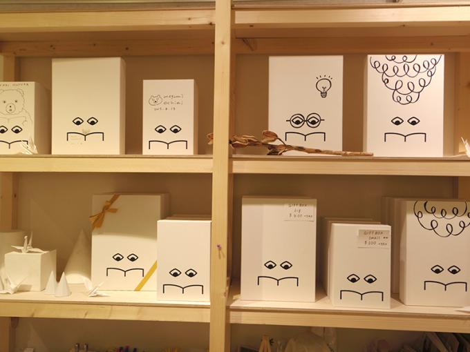 ヒシガタ文庫の棚に飾ってあるダイヤ書房のキャラクター