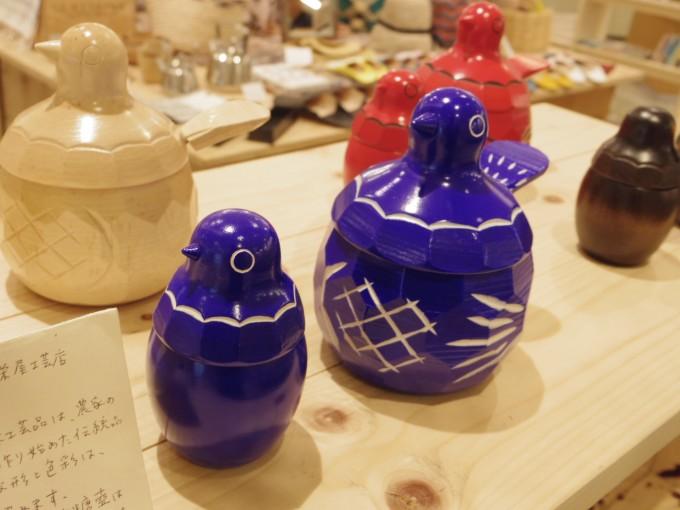 青や赤、白の鳩の形の砂糖壷とようじ入れ