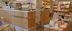 神楽坂の本屋「かもめブックス」の店内のカフェカウンターやひら平置きの書籍棚の写真