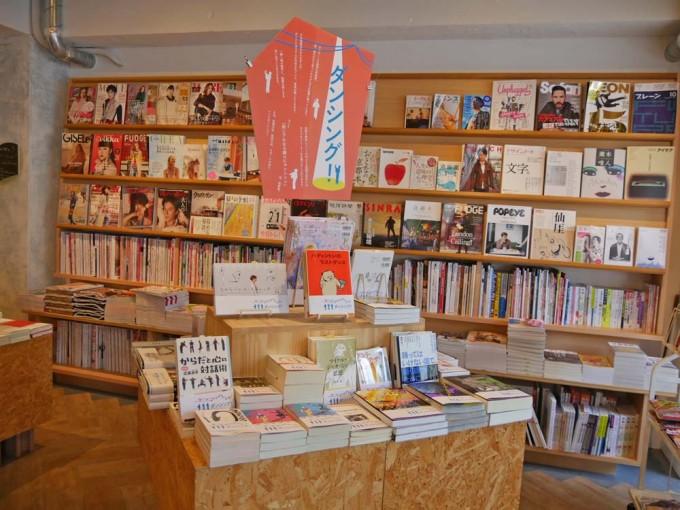 神楽坂の本屋「かもめブックス」のたくさんの本が並んでいる店内の写真