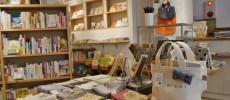 本やハンカチやランチトートが並ぶ神楽坂の本屋「かもめブックス」の店内の写真